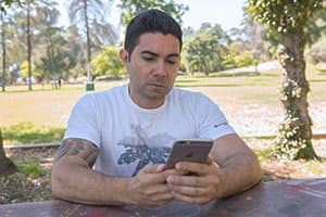 man using addiction recovery smartphone apps